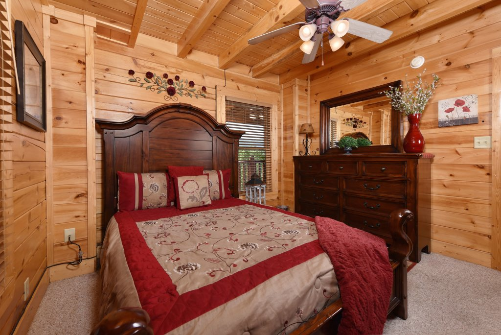 Photo of a Gatlinburg Cabin named Knockin' On Heaven's Door - This is the thirty-second photo in the set.