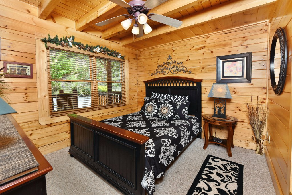 Photo of a Gatlinburg Cabin named Knockin' On Heaven's Door - This is the twenty-ninth photo in the set.