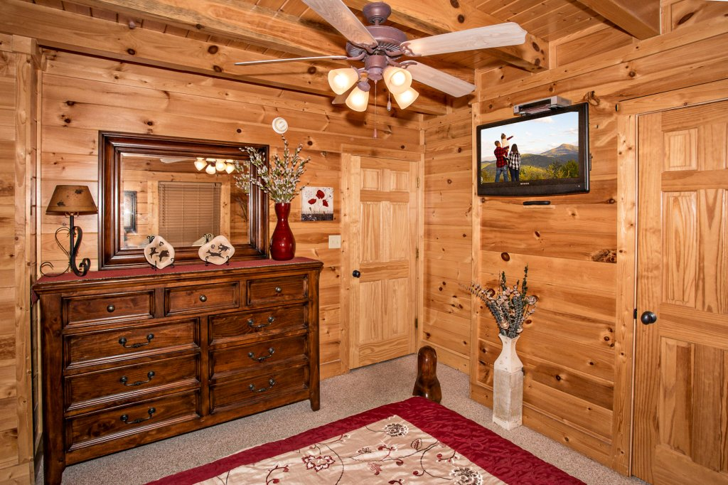 Photo of a Gatlinburg Cabin named Knockin' On Heaven's Door - This is the thirty-fourth photo in the set.