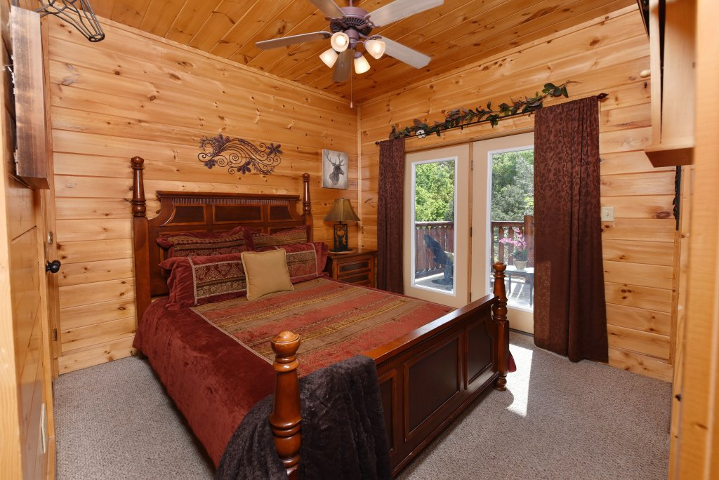 Photo of a Gatlinburg Cabin named Knockin' On Heaven's Door - This is the thirty-fifth photo in the set.