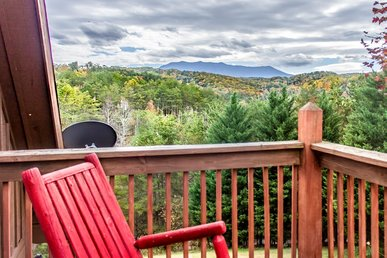 Secluded cabin with wrap around deck for Mount Le Conte Views.