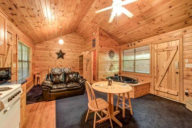 Star Struck, 1 Bedroom, Hot Tub, Heart Shaped Jacuzzi, Grill, Sleeps 2
