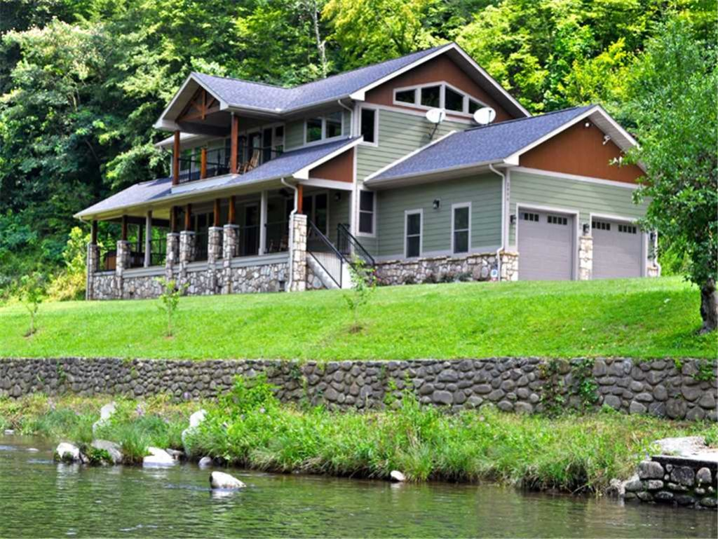 Photo of a Gatlinburg Cabin named River Memories - This is the first photo in the set.