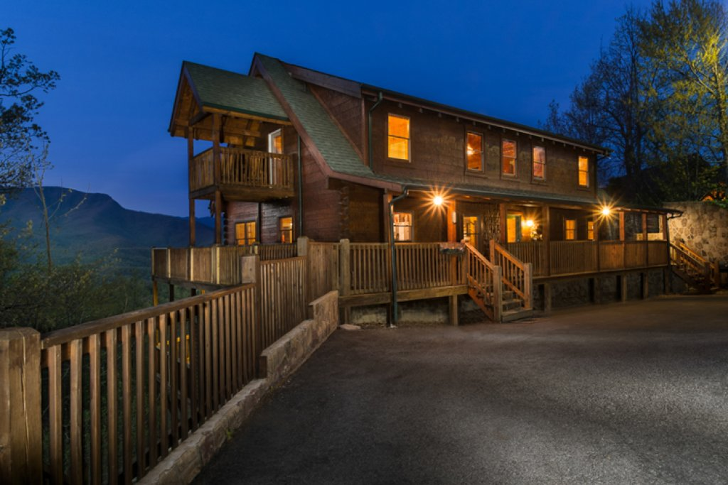 Photo of a Gatlinburg Cabin named Papa Bear's Lodge - This is the nineteenth photo in the set.