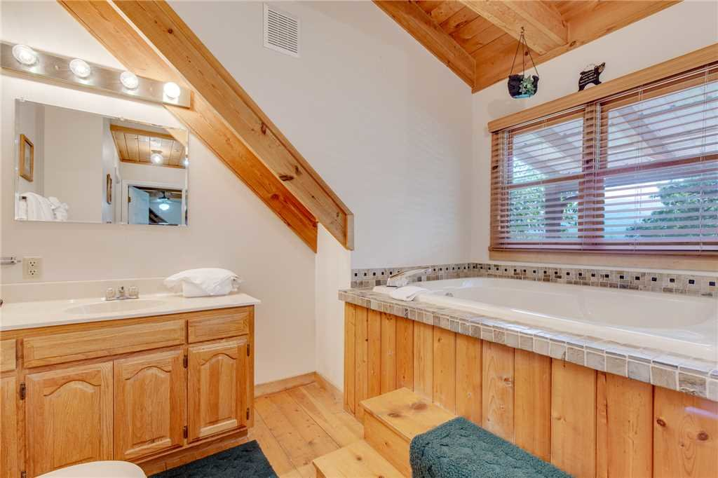 Photo of a Gatlinburg Cabin named Mountain Memories - This is the sixteenth photo in the set.