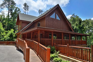 4br Cabin, Newly Furnished, Floor To Ceiling Fireplace, Canopy Bed In Master,