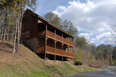 2 Bedroom Cabin Close to Pigeon Forge Parkway with Hot Tub and Pool Table