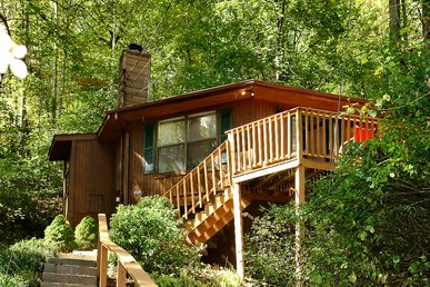 2 Bedroom Gatlinburg Chalet with Jacuzzi Tub and Hot Tub Close to Downtown