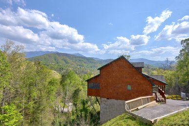 Enjoy Mountain Views From Your Private Honeymoon Cabin Near Downtown