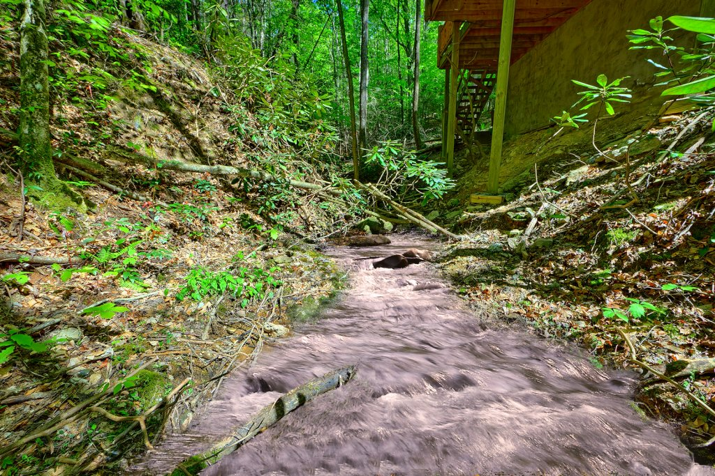 Photo of a Pigeon Forge Cabin named Creekside Hideaway - This is the second photo in the set.
