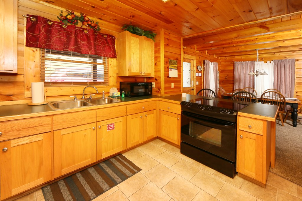 Photo of a Pigeon Forge Cabin named Snow Bear - This is the twenty-first photo in the set.