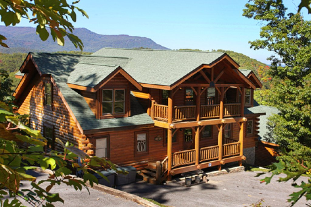 Photo of a Pigeon Forge Cabin named Hullabaloo - This is the first photo in the set.