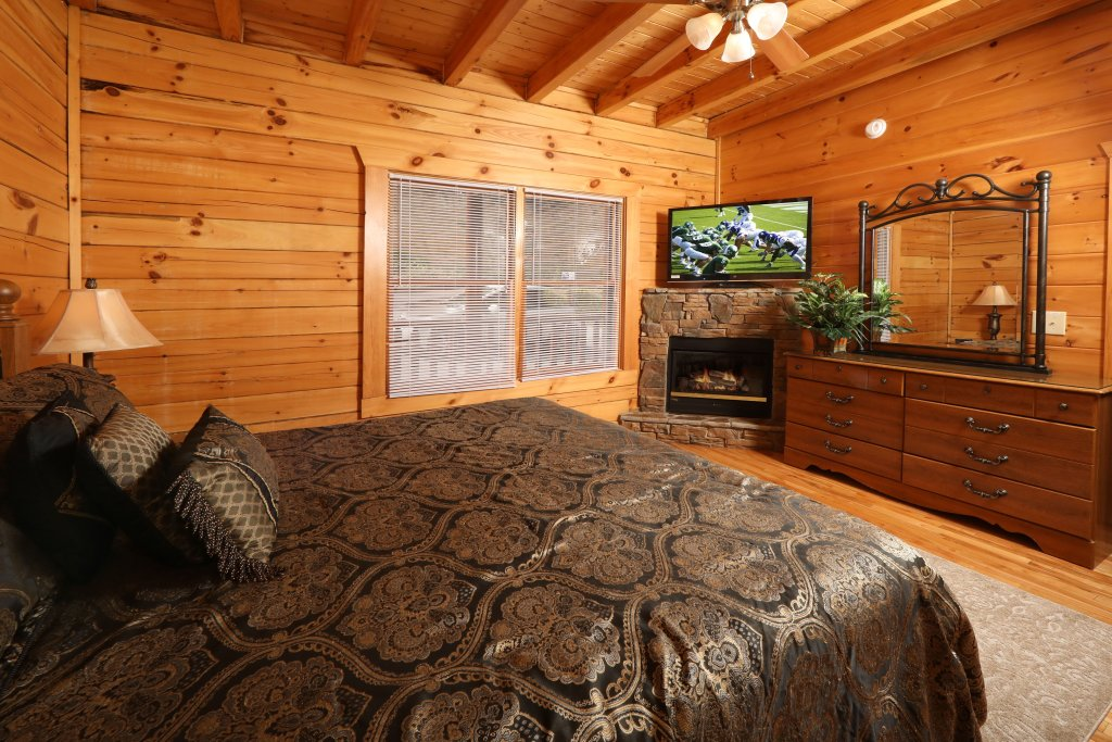 Photo of a Pigeon Forge Cabin named Majestic Mountain Pool Lodge - This is the thirty-first photo in the set.