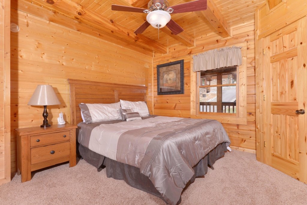 Photo of a Pigeon Forge Cabin named Whispering Creek #302 - This is the twenty-eighth photo in the set.