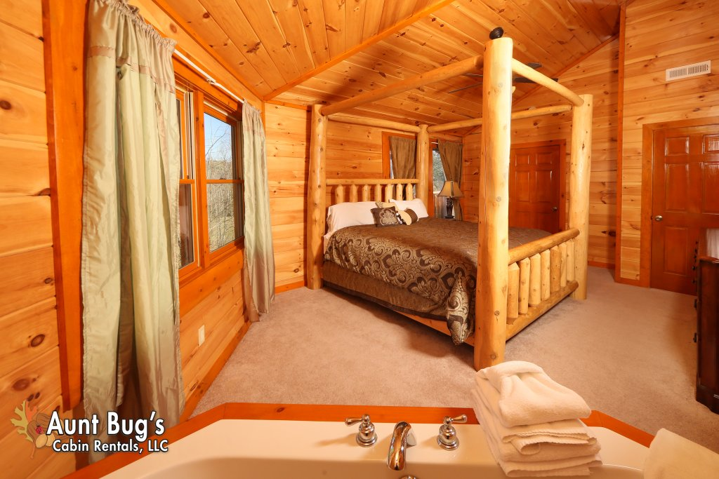 Photo of a Gatlinburg Cabin named Swimmin With Bears #375 - This is the twenty-fifth photo in the set.