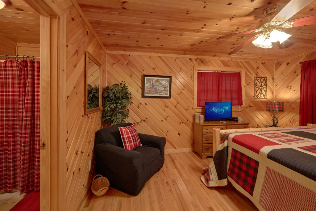 Photo of a Pigeon Forge Cabin named Rooster Ridge Cabin #231 - This is the thirty-fourth photo in the set.