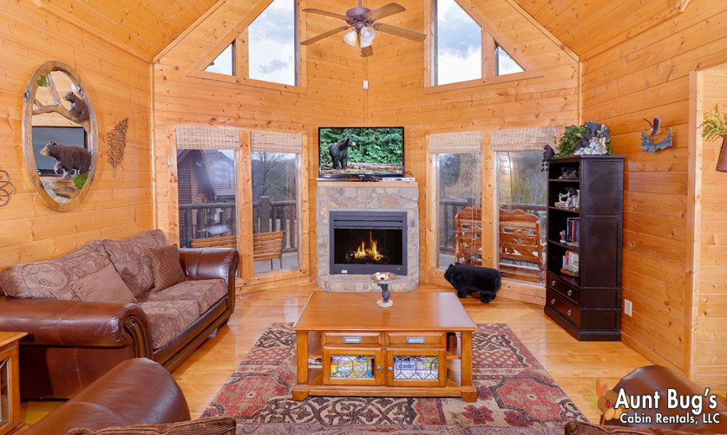 Photo of a Pigeon Forge Cabin named Papa Bear Lodge #565 - This is the second photo in the set.