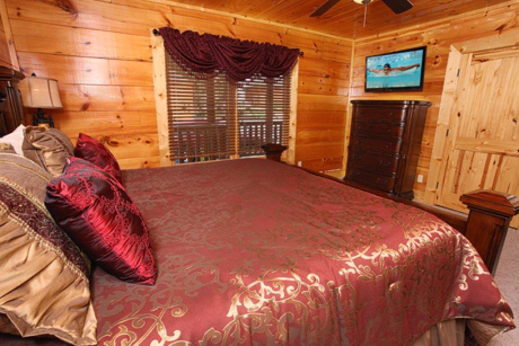 Photo of a Gatlinburg Cabin named Serenity Mountain Pool Lodge - This is the fortieth photo in the set.