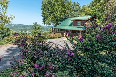 A 3 Br Smoky Mountain Cabin With Great Views, Private Hot Tub, & Gameroom!