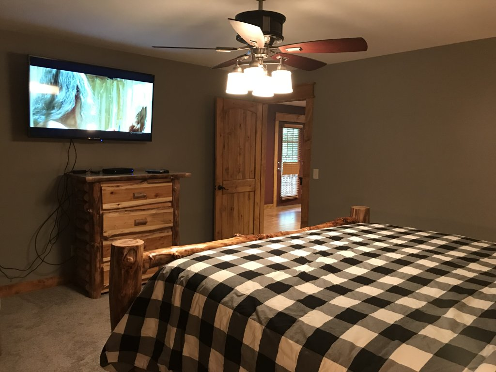 Photo of a Pigeon Forge Cabin named Black Bear Cinema 4819 - This is the twenty-first photo in the set.