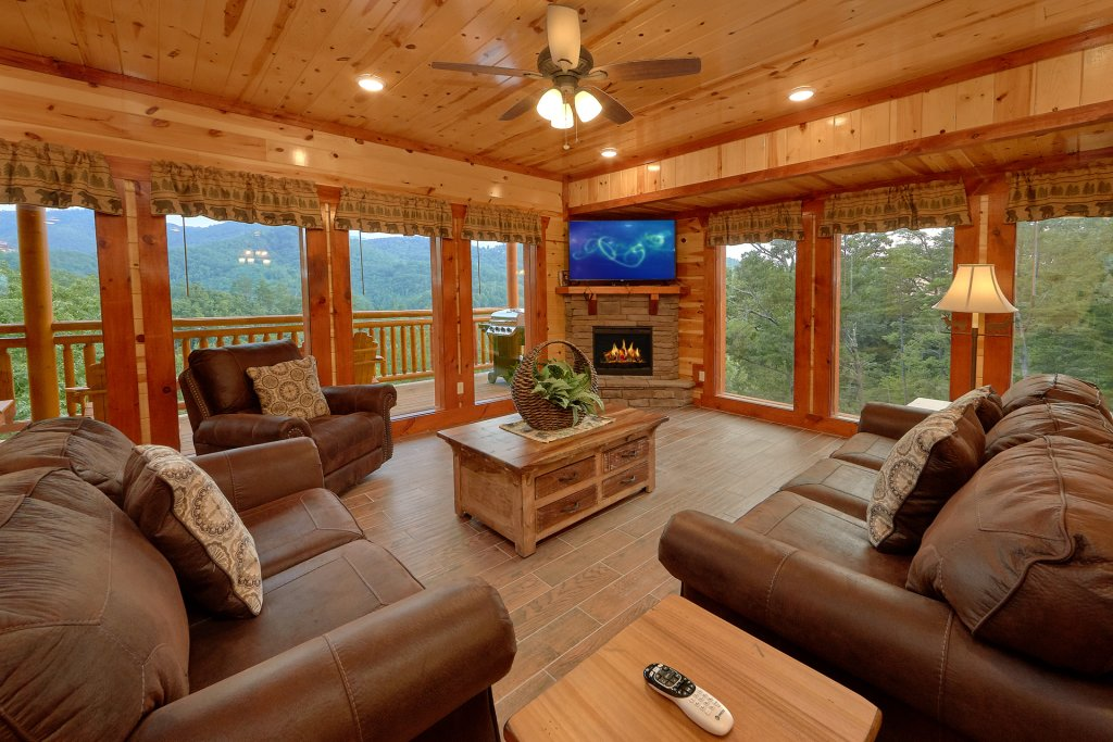 Photo of a Sevierville Cabin named Paradise Point Pool Lodge - This is the fourteenth photo in the set.