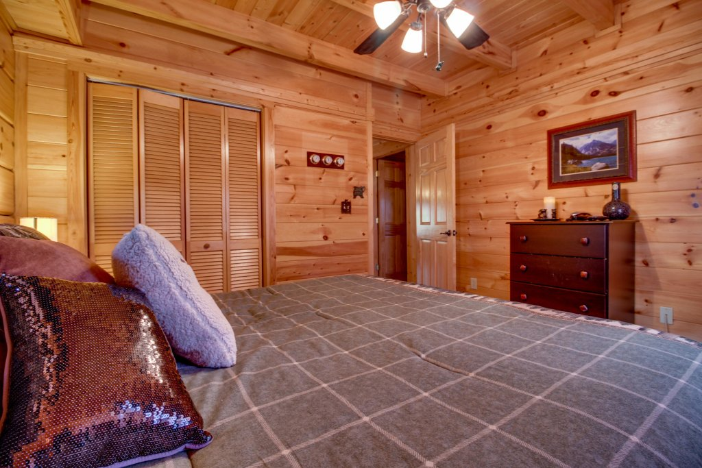 Photo of a Pigeon Forge Cabin named Big Daddy's Hideaway Cabin - This is the twentieth photo in the set.