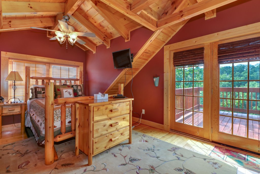 Photo of a Sevierville Cabin named  Mountain Top Mansion - This is the thirty-second photo in the set.