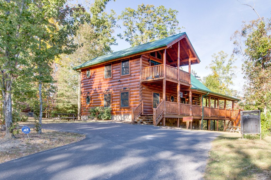 Photo of a Pigeon Forge Cabin named Bear Tracks - This is the first photo in the set.