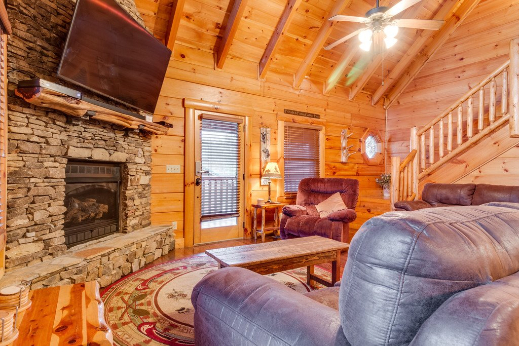 Photo of a Pigeon Forge Cabin named Bear Tracks - This is the fourth photo in the set.