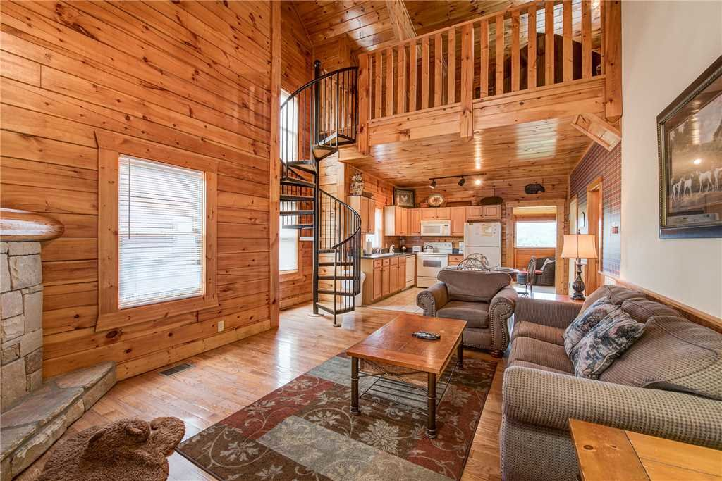 Photo of a Pigeon Forge Cabin named Bear Hyde - This is the second photo in the set.