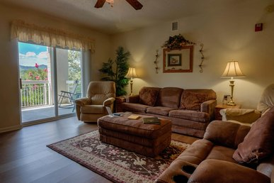 Sleeps 8! 3 Br, Downtown-clean, Indoor Pool, King Beds, 3 Bathrooms