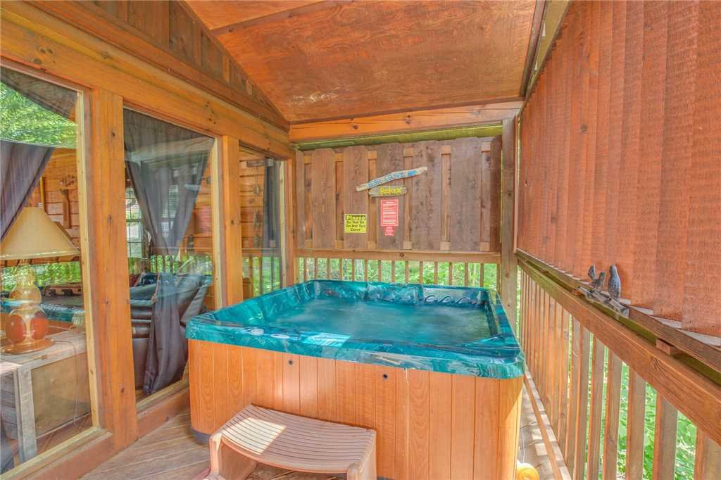 Photo of a Pigeon Forge Cabin named Bear Escape - This is the second photo in the set.