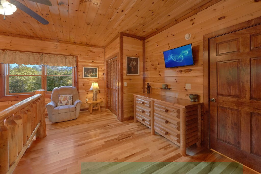 Photo of a Gatlinburg Cabin named Live, Laugh, Love Pool Lodge - This is the twenty-fifth photo in the set.