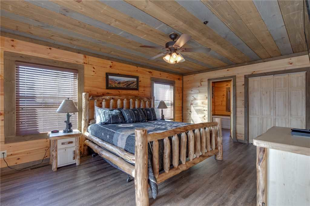 Photo of a Gatlinburg Cabin named Great Smoky Lodge - This is the twenty-first photo in the set.