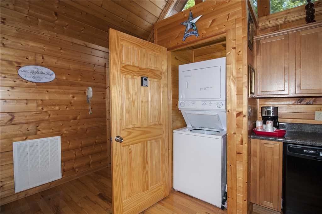 Photo of a Pigeon Forge Cabin named Kissing Retreat - This is the nineteenth photo in the set.