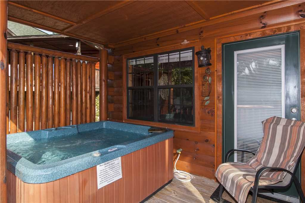 Photo of a Pigeon Forge Cabin named Kissing Retreat - This is the twentieth photo in the set.