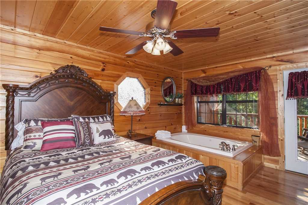 Photo of a Pigeon Forge Cabin named Kissing Retreat - This is the fifteenth photo in the set.
