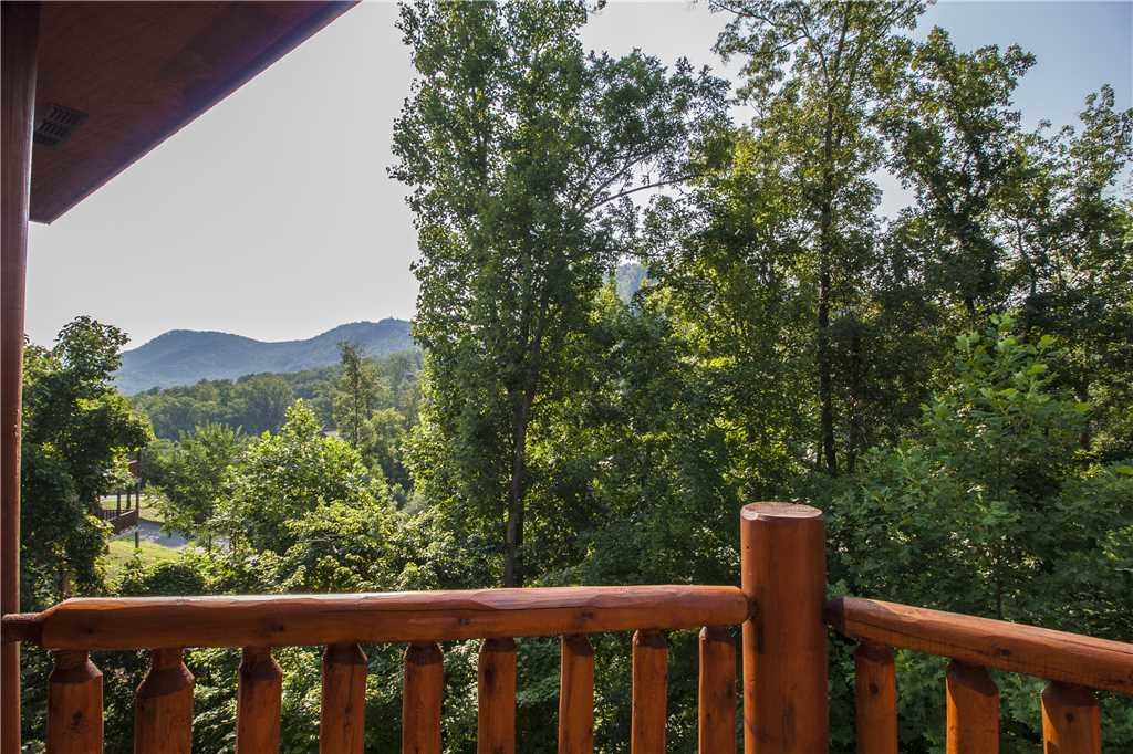 Photo of a Pigeon Forge Cabin named Kissing Retreat - This is the twenty-second photo in the set.