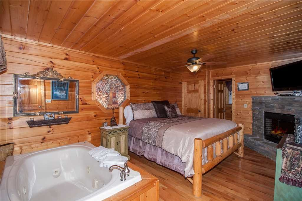 Photo of a Pigeon Forge Cabin named Kissing Retreat - This is the thirteenth photo in the set.
