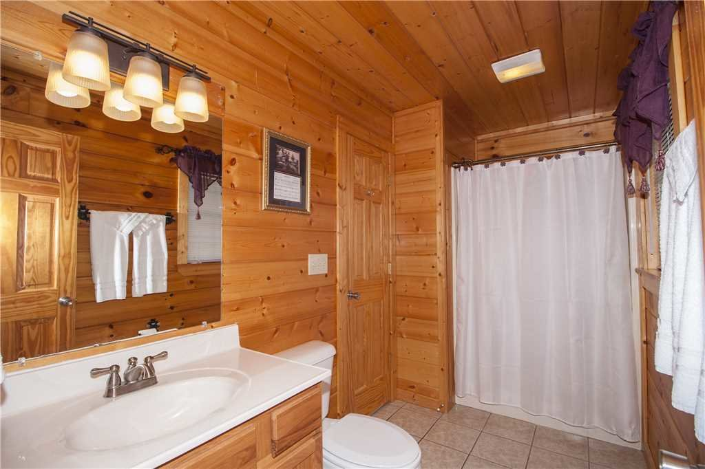 Photo of a Pigeon Forge Cabin named Kissing Retreat - This is the fourteenth photo in the set.