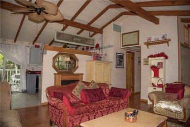 A Precious Place, 2 Bedrooms, Hot Tub, Air Hockey, Foosball, Wifi, Sleeps 5