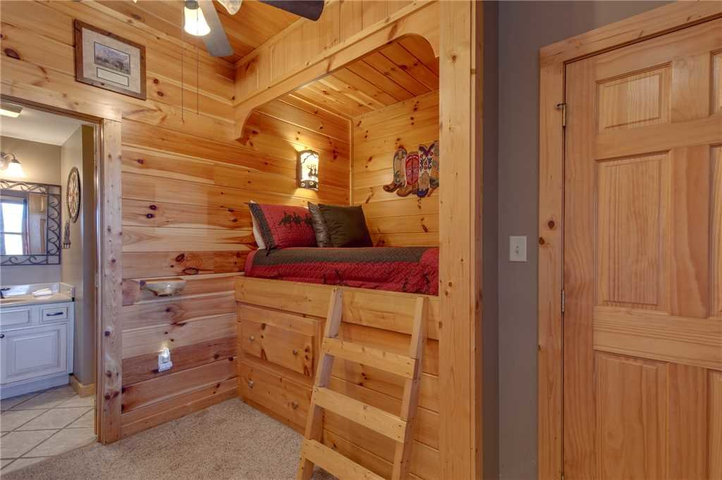 Photo of a Sevierville Cabin named Lookout Lodge - This is the thirty-fourth photo in the set.