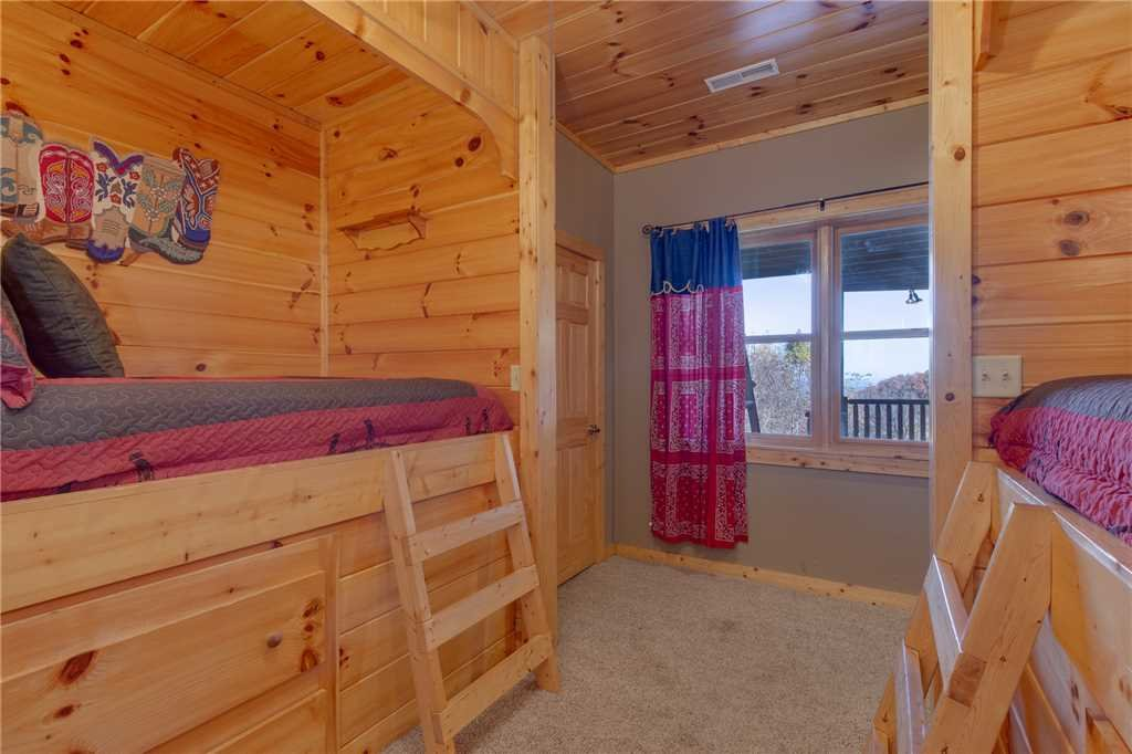 Photo of a Sevierville Cabin named Lookout Lodge - This is the thirty-fifth photo in the set.