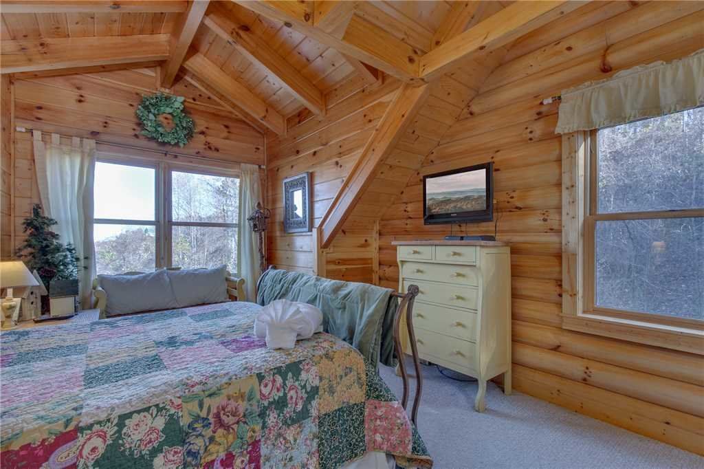 Photo of a Sevierville Cabin named Lookout Lodge - This is the twenty-eighth photo in the set.