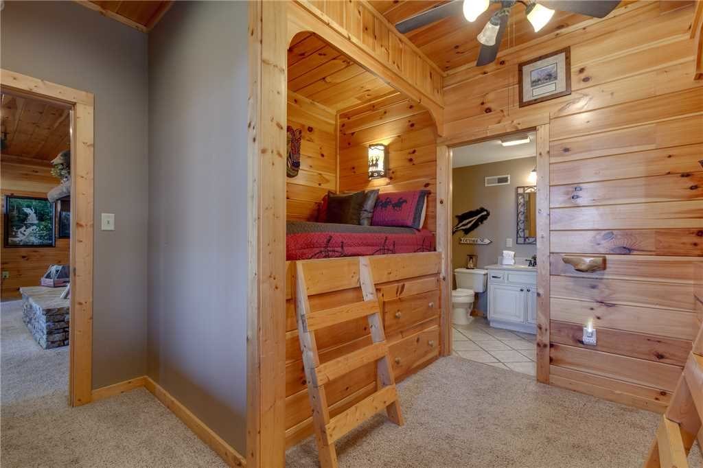 Photo of a Sevierville Cabin named Lookout Lodge - This is the thirty-third photo in the set.