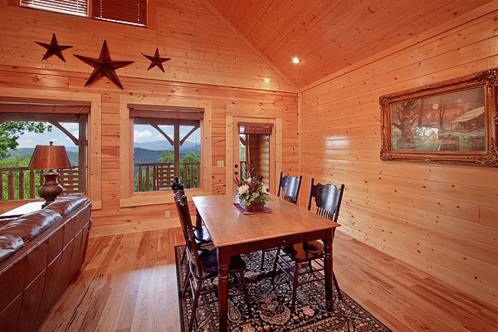 Photo of a Pigeon Forge Cabin named Mountain Mist - This is the second photo in the set.