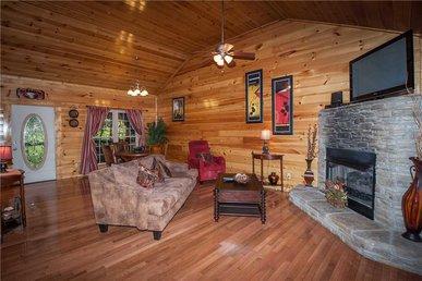 Love Shack, 1 Bedroom, Hot Tub, Fireplace, Pool Table, Wifi, Sleeps 2