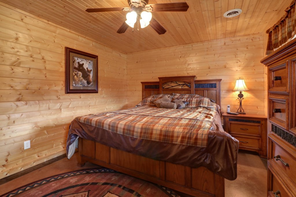 Photo of a Sevierville Cabin named Bear Valley Lodge - This is the sixteenth photo in the set.