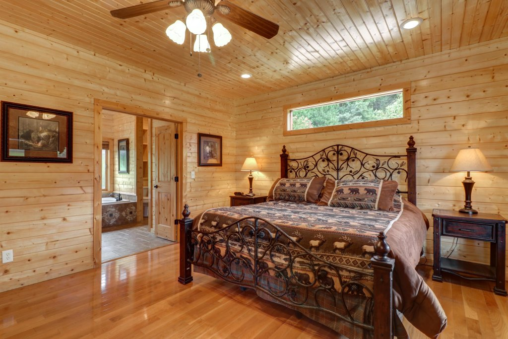 Photo of a Sevierville Cabin named Bear Valley Lodge - This is the eleventh photo in the set.