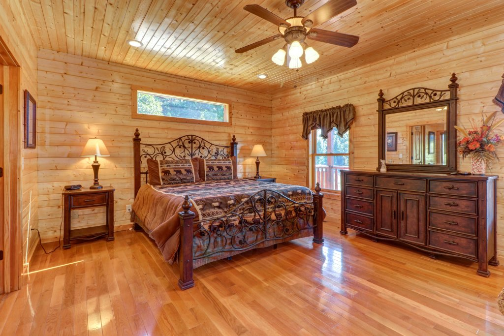 Photo of a Sevierville Cabin named Bear Valley Lodge - This is the twenty-eighth photo in the set.